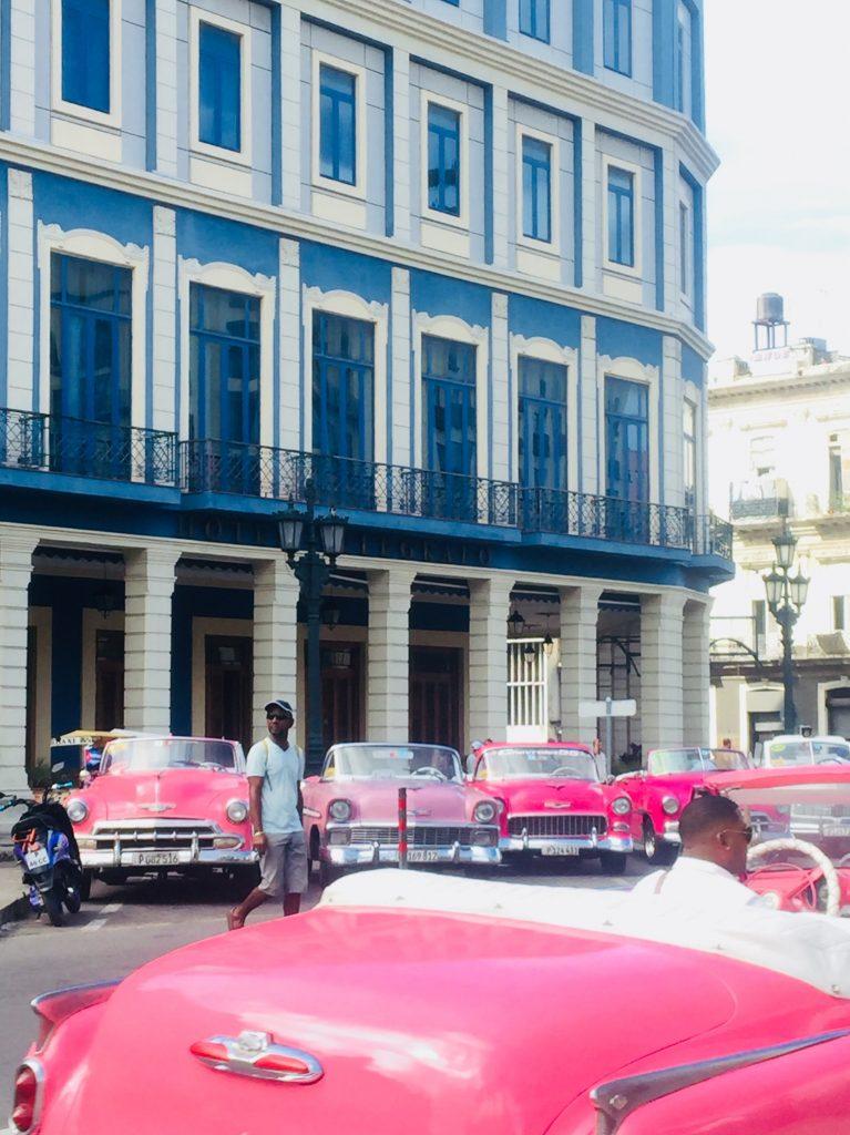 ピンクのクラシックカーたち