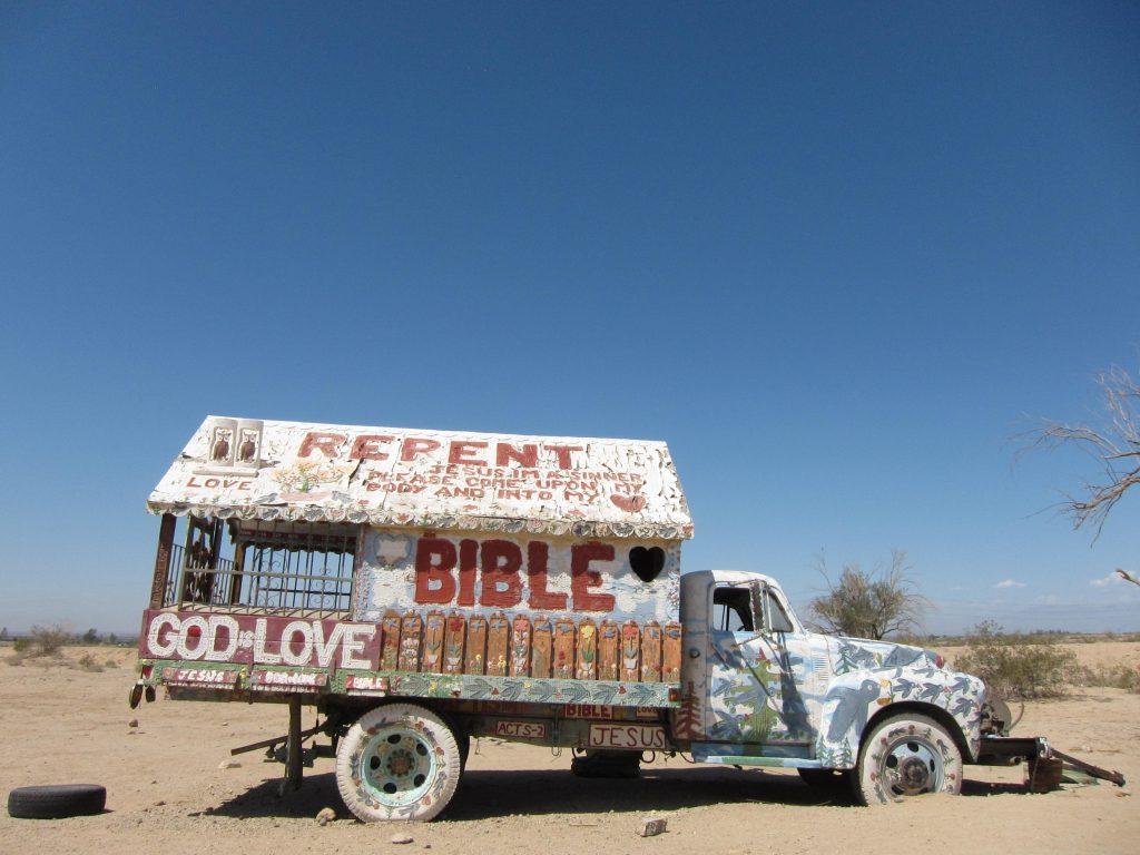 トラックもカラフル。レオナードさんが住居としても使っていたというキャンピングカーも