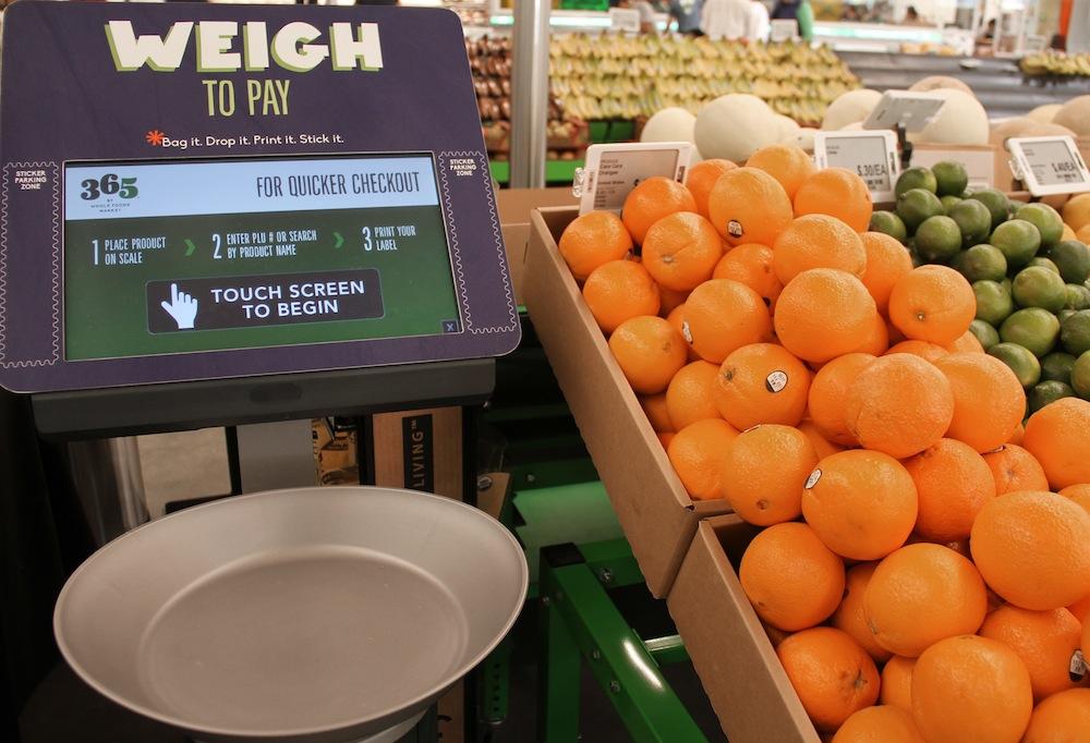 この機械でフルーツなんかの重さを量って、料金のラベルまで貼り付けられます