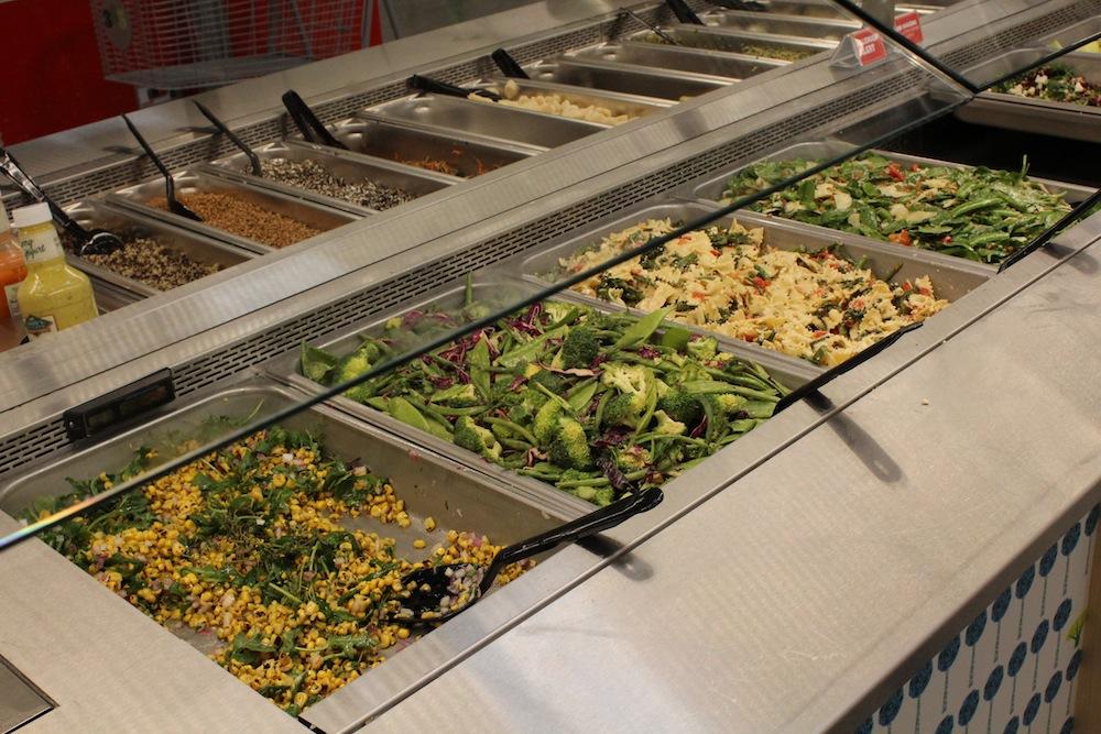ホールフーズ・マーケットでもおなじみ、サラダなどのデリコーナー