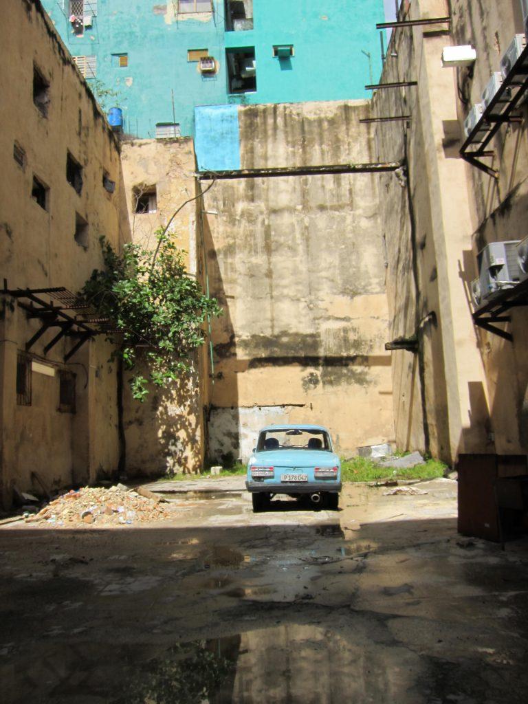 建物も車も基本古い