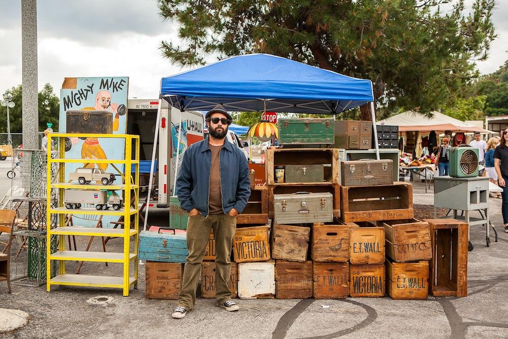 ローズボウルの人:ヴィンテージの木箱を売ってる男性