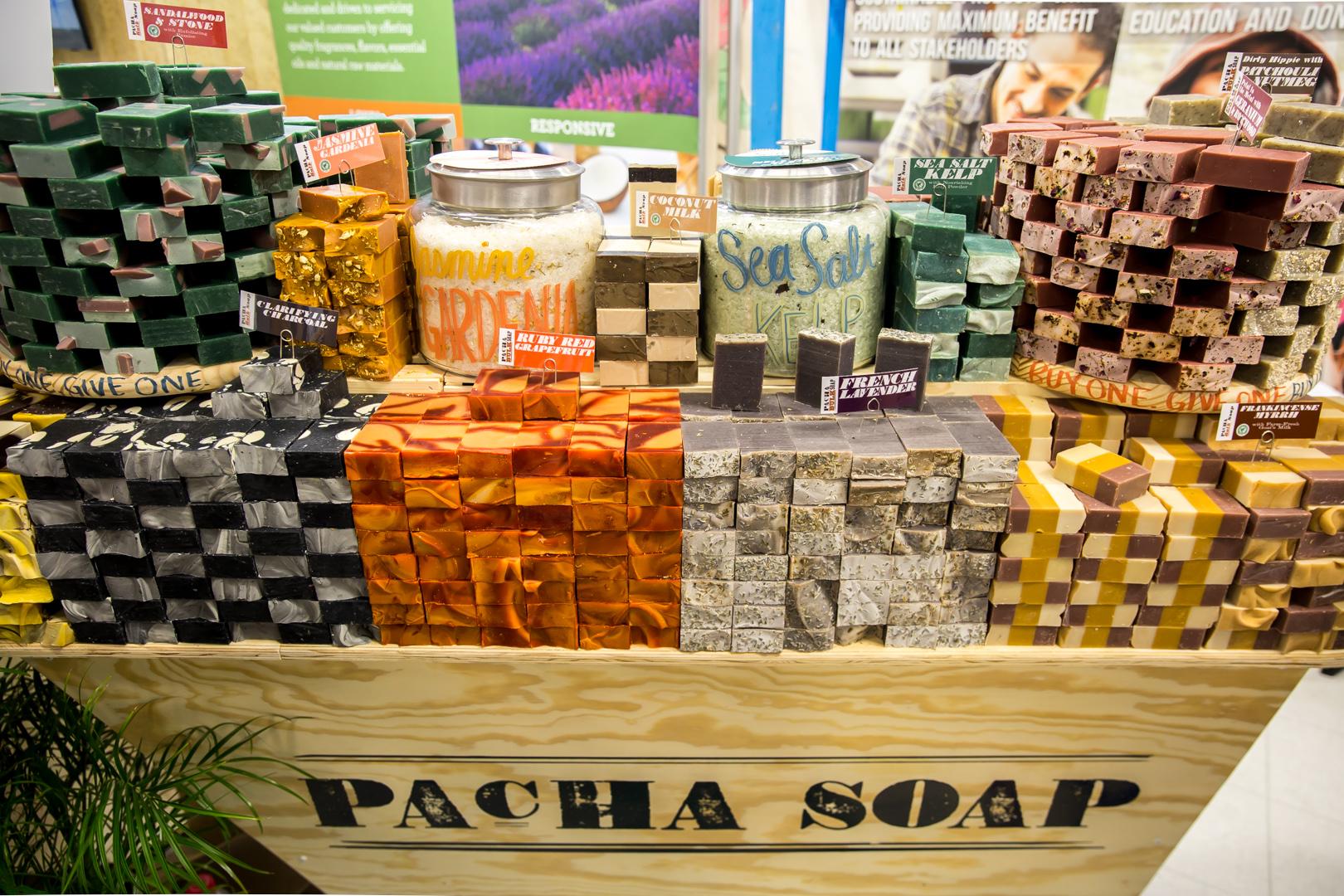 石鹸を1つ購入することで、石鹸を必要としている発展途上国の人たちに1つ石鹸が配られるほか、それらの国における石鹸作りの仕事も生み出すというユニークな取り組みをする「PACHA SOAP」(ネブラスカ州)
