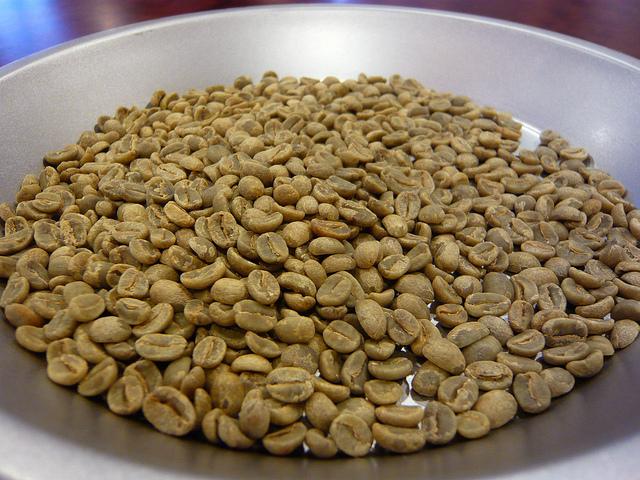 デカフェ処理は焙煎前の生豆に施されます ©Jessica Spengler
