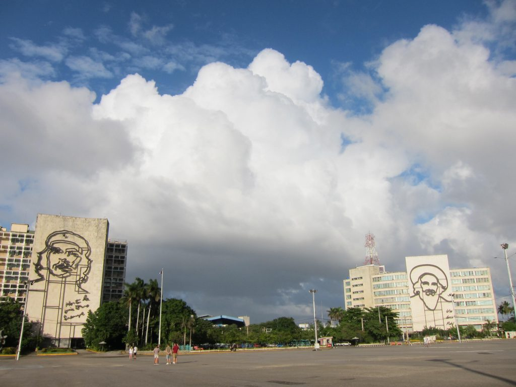 革命広場のゲバラとカストロ