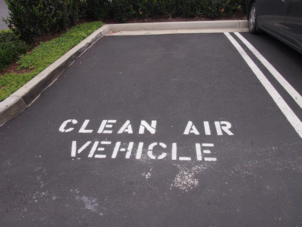 到着して駐車場にクルマを停めると、こんな駐車枠が。電気自動車やハイブリッドカーのみ停めてOKってことでしょうか?半分冗談ですが、気が効いてます(笑)