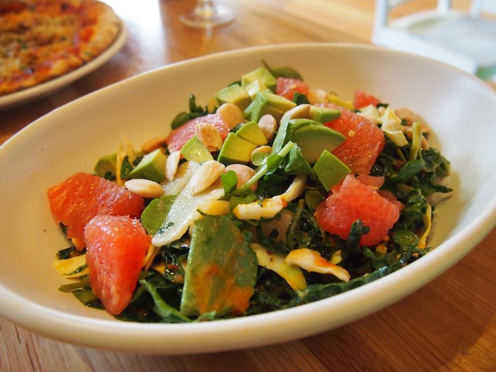 「Kale Crunch」($9.5)。ケールにアボカド、グレープフルーツ、キャベツ、クレソン、カブ、アーモンドが入った、ベジタリアン&ヴィーガンなサラダ
