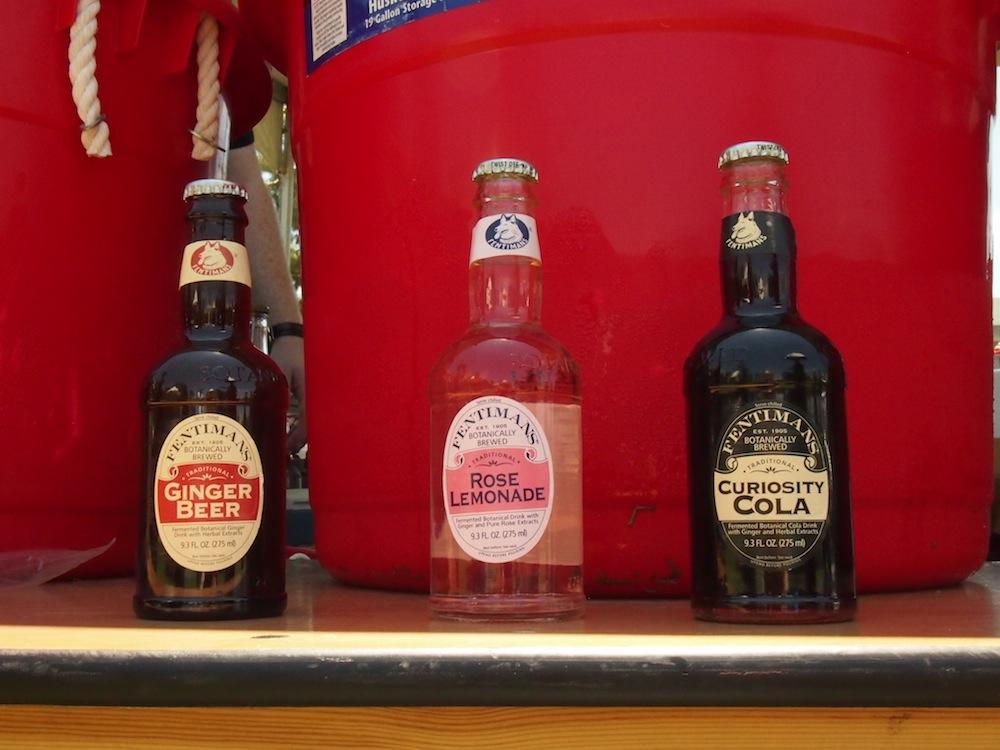 ジンジャーエールにレモネード、コーラなどのドリンクも多種多様